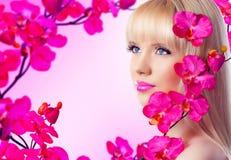 Schöne blonde Frau mit Blumen Lizenzfreies Stockbild