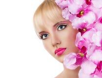 Schönes Mädchen mit Blumen und rosa Make-up Stockfotos