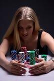 Schöne blonde Frau mit Chips im Kasino Lizenzfreie Stockbilder