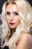 Schöne blonde Frau mit dem Abendmake-up, rot Stockfoto
