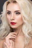Schöne blonde Frau mit dem Abendmake-up, rot Stockbild