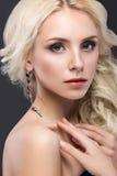 Schöne blonde Frau mit dem Abendmake-up, zart Lizenzfreies Stockfoto