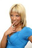 Schöne blonde Frau mit dem Finger auf ihren Lippen Stockfoto