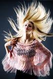 Schöne blonde Frau mit dem Flugwesenhaar Stockfotos