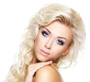 Schöne blonde Frau mit dem langen Haar Lizenzfreies Stockfoto