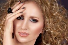 Schöne blonde Frau mit dem langen lockigen Haar Stockbilder
