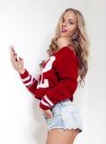 Schöne blonde Frau mit dem langen lockigen Haar Lizenzfreie Stockfotografie