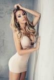 Schöne blonde Frau mit dem langen lockigen Haar Stockbild