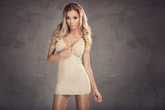 Schöne blonde Frau mit dem langen lockigen Haar Lizenzfreie Stockfotos