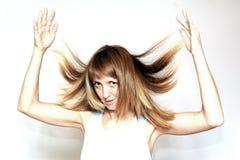 Schöne blonde Frau mit dem langen lockigen Haar - getrennt auf Weiß Lizenzfreies Stockfoto