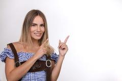 Schöne blonde Frau mit dem Zeigen in eine Richtung Lizenzfreies Stockbild