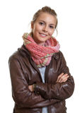 Schöne blonde Frau mit den gekreuzten Armen Lizenzfreies Stockbild