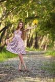 Schöne blonde Frau mit den gelben Blumen im Freien Stockfotografie