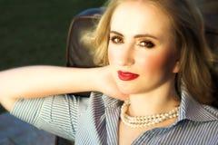 Schöne blonde Frau mit den roten Lippen Stockfotos