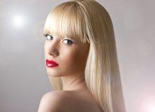 Schöne blonde Frau mit den roten Lippen Lizenzfreie Stockfotos