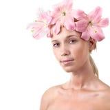 Schöne blonde Frau mit der Lilienblume getrennt Stockbilder