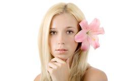 Schöne blonde Frau mit der rosafarbenen Lilie getrennt Lizenzfreie Stockbilder