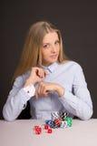 Schöne blonde Frau mit der Spielkarte versteckt unter Ärmel Stockfotos