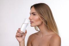Schöne blonde Frau mit einem Glas Wasser Lizenzfreies Stockbild