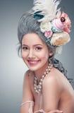 Schöne blonde Frau mit einem Kuchen Süße sexy Dame Abbildung der roten Lilie Art und Weisefoto Lizenzfreie Stockfotos