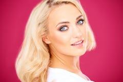 Schöne blonde Frau mit einem leichten Lächeln Stockbilder
