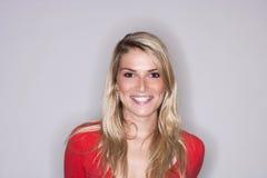 Schöne blonde Frau mit einem leuchtenden Lächeln Stockfotos