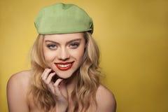 Schöne blonde Frau mit einem reizend Lächeln Lizenzfreies Stockfoto
