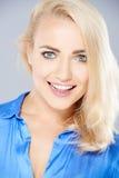 Schöne blonde Frau mit einem reizenden Teint Stockfoto