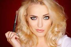 Schöne blonde Frau mit einem schrulligen Ausdruck Stockbild