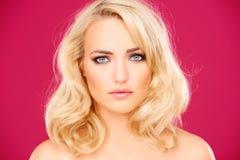 Schöne blonde Frau mit einem schrulligen Ausdruck Stockfotografie