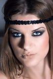 Blonde Frau mit einem schwarzen Stirnband Stockfoto