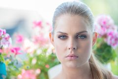 Schöne blonde Frau mit einem träumerischen Ausdruck Stockfotografie