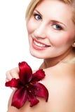 Schöne blonde Frau mit einer Blume Stockbild