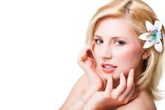 Schöne blonde Frau mit einer Blume Lizenzfreie Stockfotos