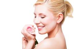 Schöne blonde Frau mit einer Rose Lizenzfreie Stockfotografie