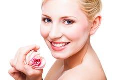 Schöne blonde Frau mit einer Rose Stockfotografie