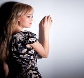 Schöne blonde Frau mit elegantem Kleid. Modefoto Stockbild