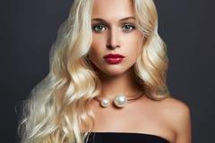 Schöne blonde Frau mit eleganter Frisur Perfektes Make-up Blondes Mädchen mit Schmuck Lizenzfreies Stockfoto