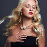 Schöne blonde Frau mit eleganter Frisur Perfektes Make-up Blondes Mädchen mit Schmuck Lizenzfreie Stockfotos