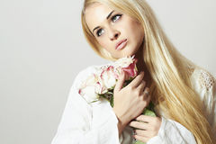 Schöne blonde Frau mit Flowers.girl und Rosen Stockbilder