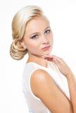 Schöne blonde Frau mit Frisur Stockbild