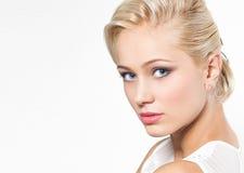 Schöne blonde Frau mit Frisur Lizenzfreies Stockbild