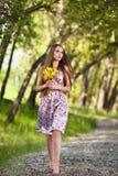 Schöne blonde Frau mit gelben Blumen Lizenzfreies Stockbild