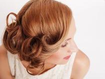 Schöne blonde Frau mit gelockter Frisur Stockfotografie