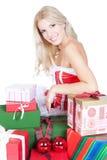 Schöne blonde Frau mit Geschenkkästen über Weiß Stockbilder