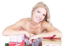 Schöne blonde Frau mit Geschenkkästen über Weiß Lizenzfreie Stockbilder