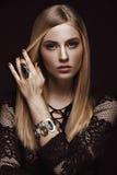 Schöne blonde Frau mit gesunden Haut und dem Haar, rote Maniküre, werfend im Studio auf Schönes lächelndes Mädchen Lizenzfreie Stockfotografie