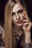 Schöne blonde Frau mit gesunden Haut und dem Haar, rote Maniküre, werfend im Studio auf Schönes lächelndes Mädchen Stockfotos