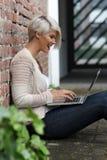 Schöne blonde Frau mit Gläsern und Tablette Lizenzfreies Stockbild