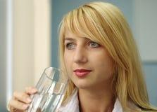 Schöne blonde Frau mit Glas Lizenzfreies Stockfoto